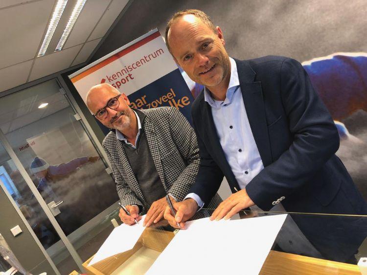 Bert van Oostveen (directeur Kenniscentrum Sport) en Jean Paul Boon (directeur beursorganisator Expoproof) tekenen de samenwerking.