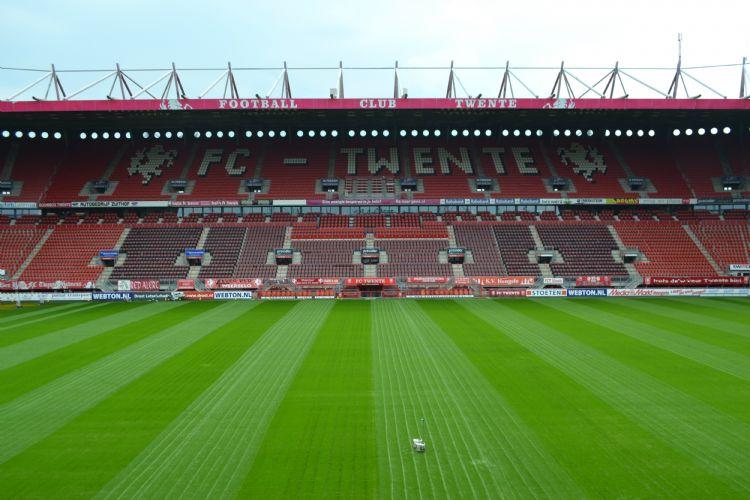 Het hoofdveld van FC Twente begin juni, twee weken na het inzaaien.