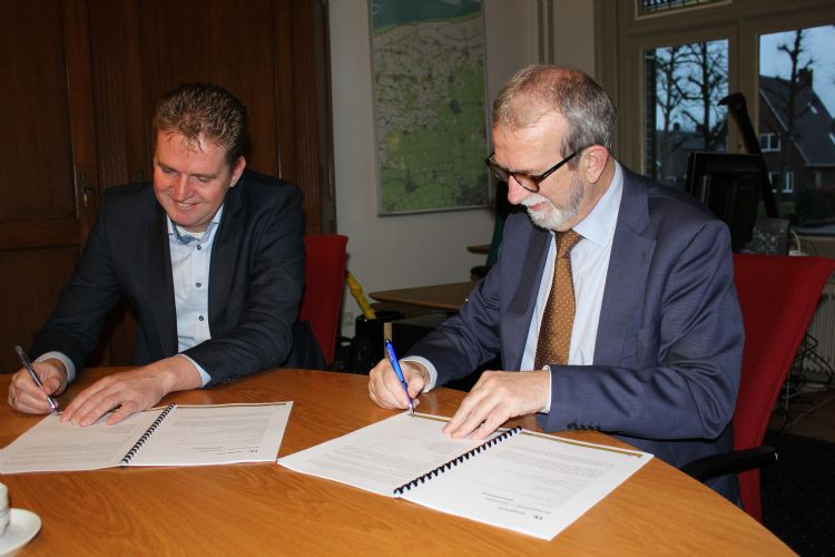 Bert Erik Remmelink links en burgemeester Rinus Michels rechts