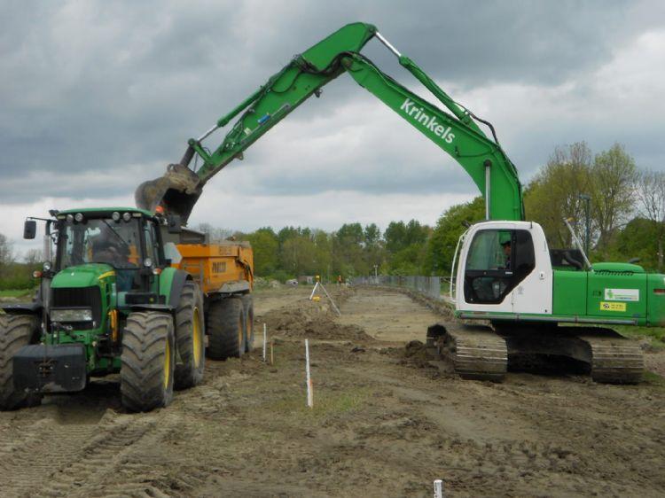 Ontgraven van het cunet voor de nieuwe toegangsweg van Sportlandschap Winsum West.