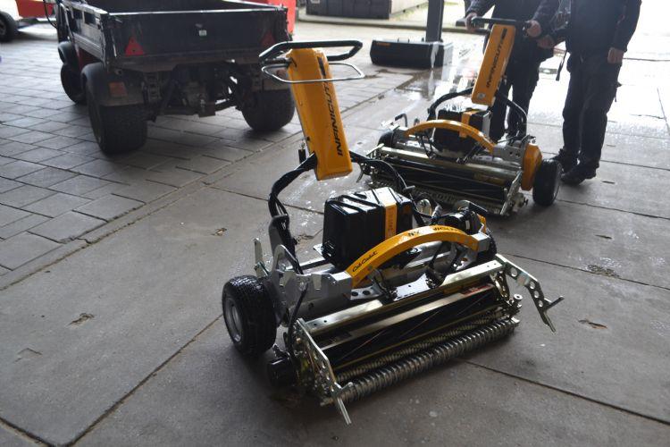 Het grasteam werkt met vier elektrische Infinicuts.