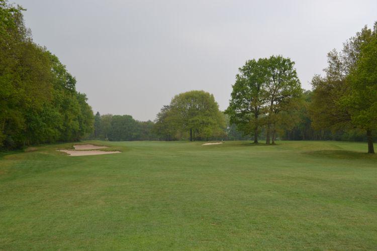 Het uitzicht op hole 6, inclusief bunkers van Van der Vaart