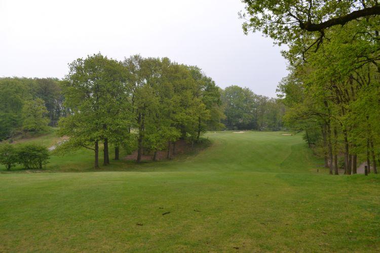 Het uitzicht op de fairway van hole 9, op de achtergrond de green.