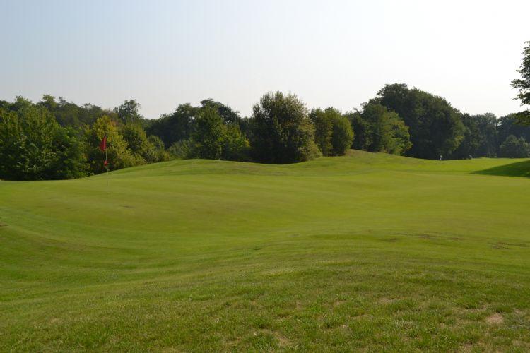 De baan wordt ook gekenmerkt door ondulaties in de greens.