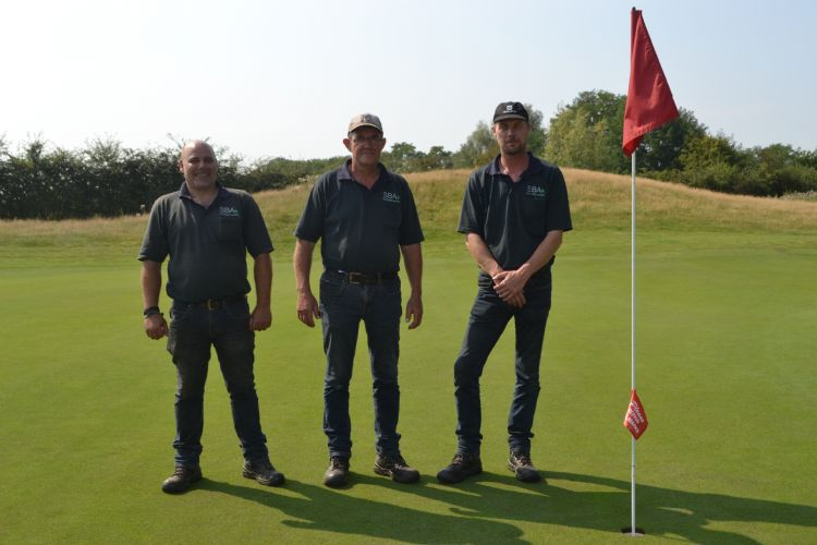 De drie greenkeepers op hole 12