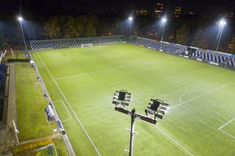Ledverlichting bij AGOVV in Apeldoorn. Foto: Sportverlichting.com