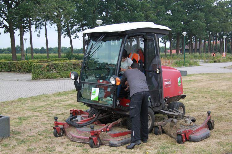 Willemijn van Iersel krijgt hier grasmaailes van Kanhai, de onovertroffen grasmaaispecialist bij Sight