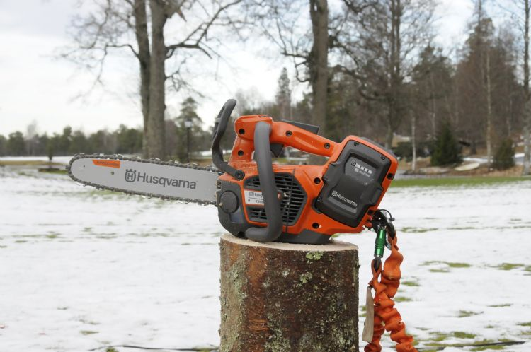 Husqvarna introduceerde deze winter de T540 i XP en 540 1 XP , een accu kettingzaag met minimaal de prestaties van een 40 cc machine
