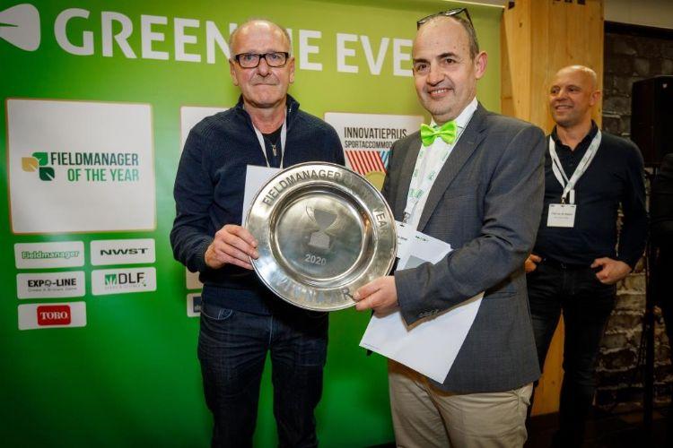 Verhagen krijgt de schaal uit handen van Hein van Iersel. Foto: Vakbeurs Sportaccommodaties.