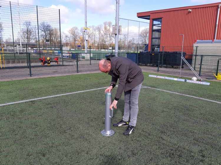 Veiligsportveld keurt het veld vooraf en na afloop van de reiniging.