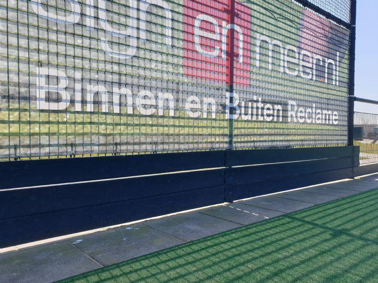 De kunststof keerwand achter de goal bij hockeyclub Buitenhout MHC is eveneens kniehoog.