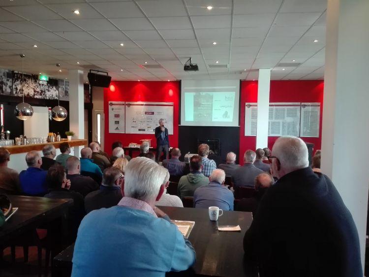 Sjaak Groen presenteert de Handreiking tijdens de bijeenkomst in Amstelveen (foto: Margot Veenenbos).
