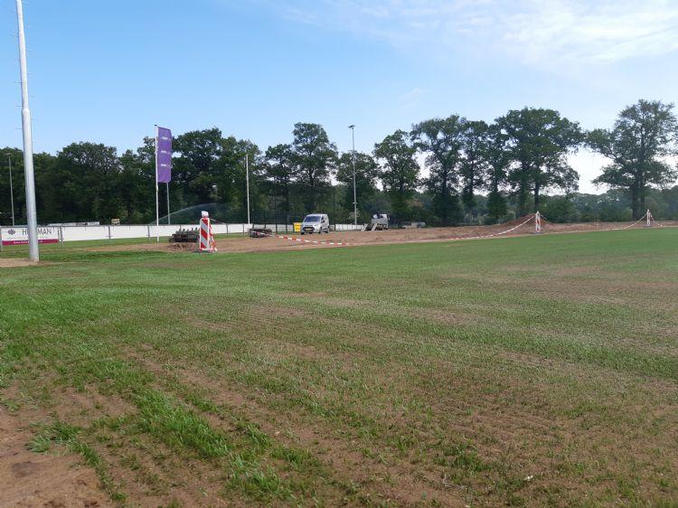 Overzichtsfoto van het veld; op de achtergrond de oude trainingsdriehoek