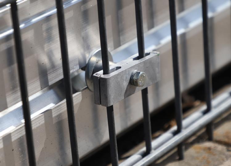 Infill Guard is eenvoudig aan hekwerk vast te klemmen.
