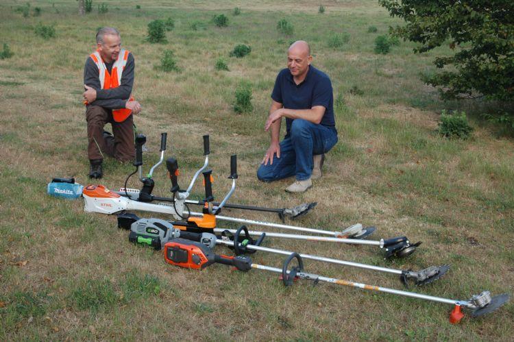 Projectleider Chris Heberle (links) en voorman Willem Berghorst van Sight Landscaping bij de vijf types die ze lieten testen.