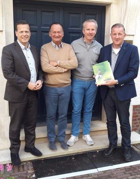 Jan P. Smits, J.N. Raymakers (RAGC financieel manager), F. de Vooght (clubmanager) en Jan Coppens (Smits)