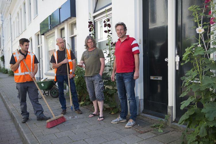 Van links naar rechts: Arjan van de Water (Sight Landscaping) met buurtbewoner Arjen Laning, Bart Zoutenbier en Patrick Hoogenbosch (BuurtGroenBedrijf)