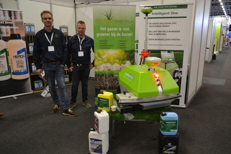 Arjen Spek (Milati Grass Machines) en Gertjan Hilarius (Gazonbemesting.nl) met de Intelligent One.