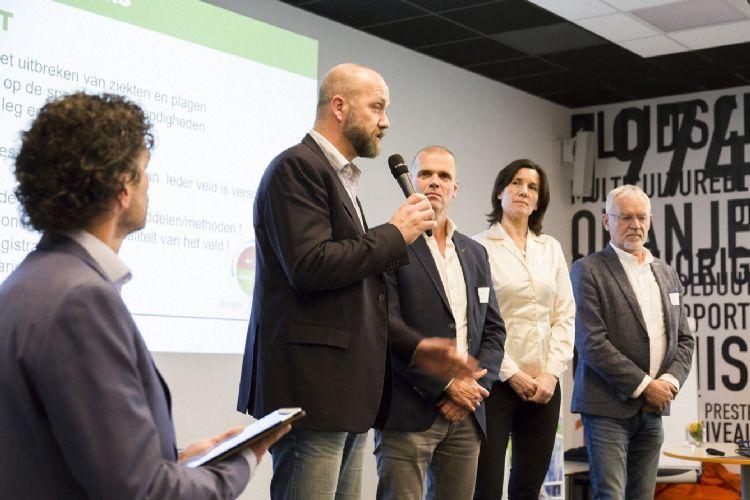 De organisatoren van de landelijke dag Green Deal Sportvelden, van links naar rechts: Nico Willemsen (CUMELA Nederland), Ben Moonen (BSNC), Mirja Baneke (Vewin) en Rien van der Spek (Branchevereniging VHG).