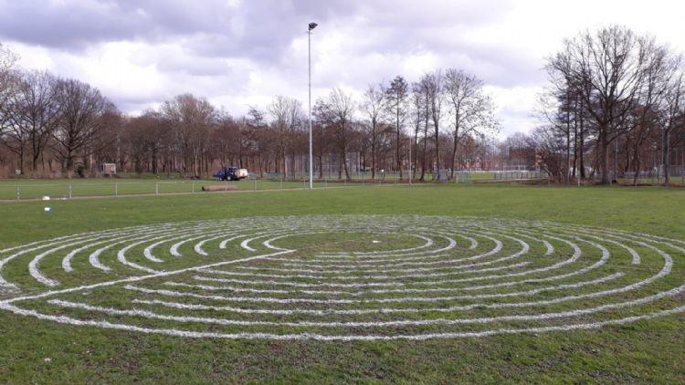 Een proefversie van het doolhof op een sportpark.