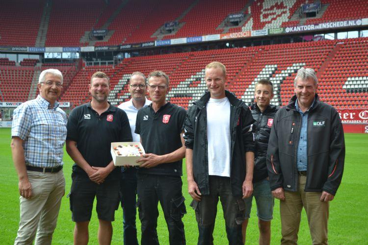 Prograss, Compo Expert en DLF boden de fieldmanagers van FC Twente vandaag een taart aan.