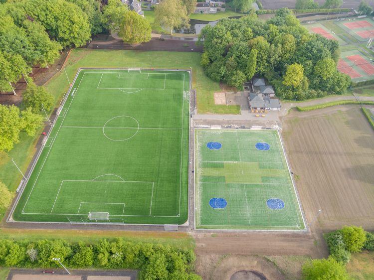 De nieuwe situatie. Het clublogo is later aangebracht, tussen beide korfbalvelden in.