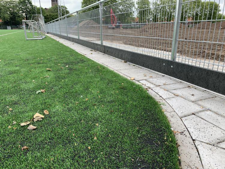 Kantplanken van Greenmatter langs een kunstgrasveld.