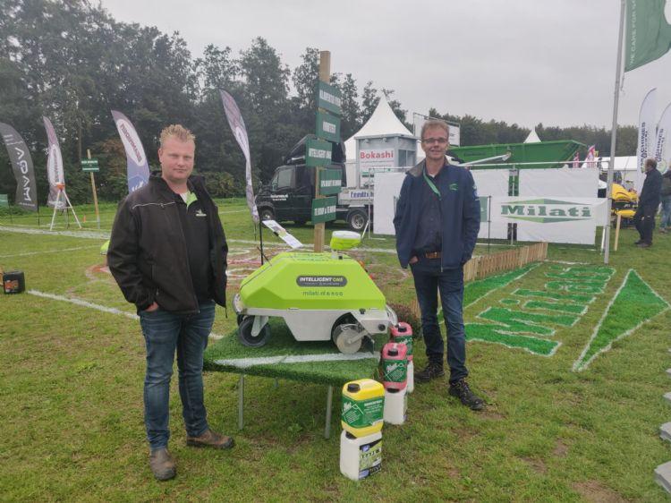 Gert-Jan Hilarius (Gazonbemesting.nl) en Arjen Spek (Milati Grass Machines) poseren op GTH met de Intelligent One.