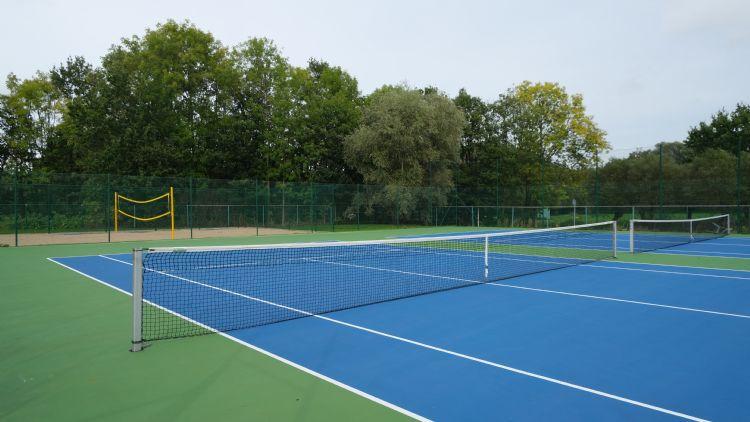 Van Rooy Tennisbouw legde buiten twee Proflex-banen aan.