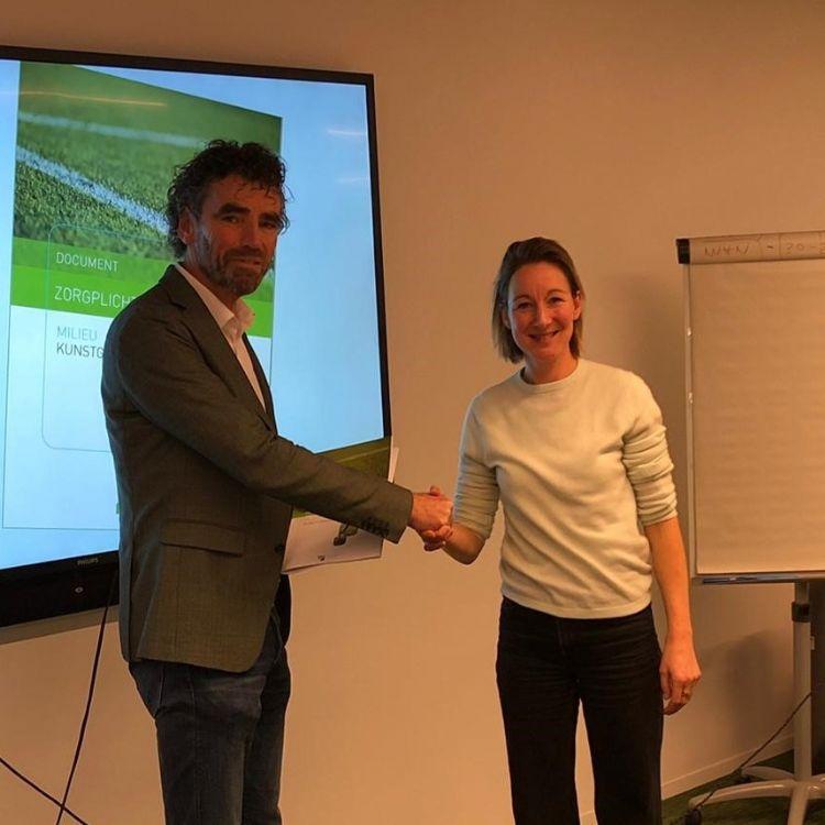 BSNC-voorzitter Edward van der Geest overhandigt het nieuwe zorgplichtdocument aan Joëlle Staps, plaatsvervangend directeur sport van VWS
