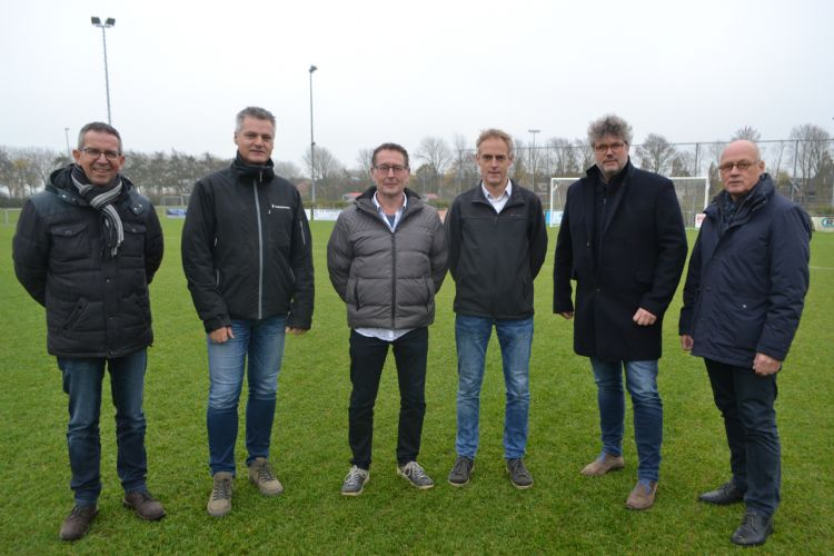 V.l.n.r. Henk Slootweg (AH Vrij), Jaap Swan (voorzitter VIOS), Klaas Molenaar (bestuurslid VIOS), Hein Veldman (gemeente Schagen), Arjan Knottnerus (Tarkett Sports) en Jaap Schuurman (Antea Sport)