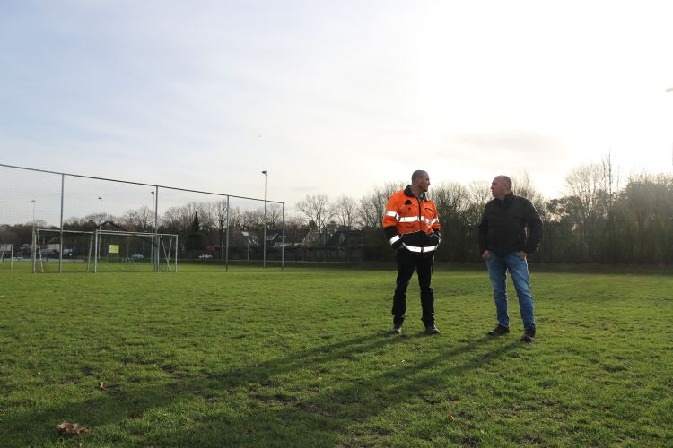 Mark van Tilburg (links) en Jan Krijnen van Advanta bespreken de staat van de velden na de winter.