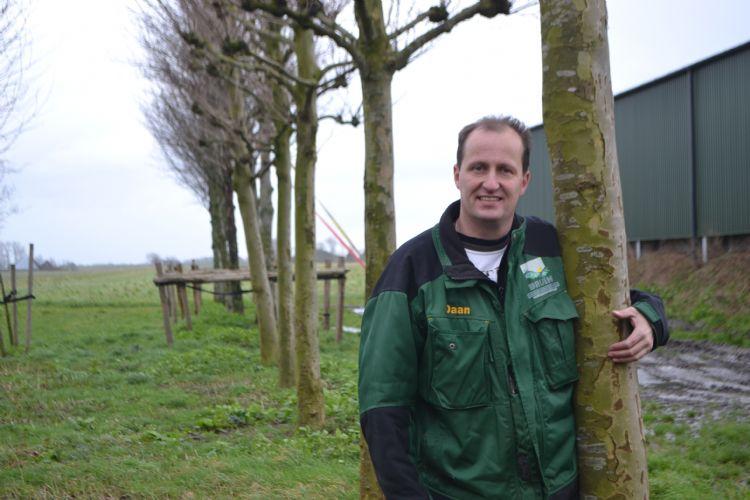 Daan Bruin met zijn trots: het bomenhotel