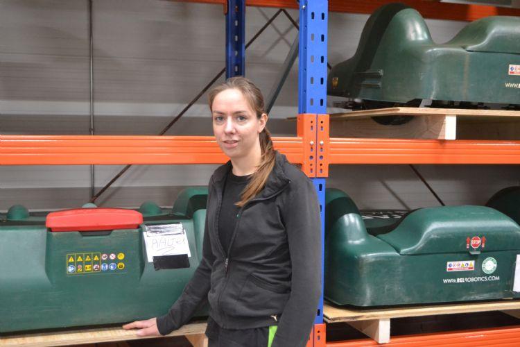 Claudia Derksen in de werkplaats van Ataro