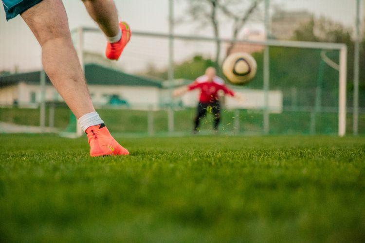 Een balletje trappen bij sportclubs is verboden: de club riskeert dan een boete.