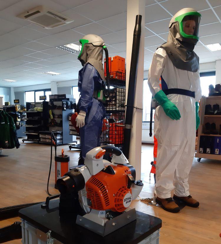In de winkel in Apeldoorn staat het hele verhaal geëtaleerd: de rupsenzuiger met Stihl SH86 FL, met daarnaast twee paspoppen met alle benodigde persoonlijke beschermingsmiddelen (pbm's), waaronder beschermende kleding, handschoenen, een overdrukmasker en laarzen.
