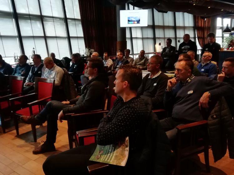 Deelnemers luisteren aandachtig bij het Neptunus Family Stadium in Rotterdam.