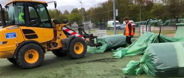 De velden worden verpakt in een plastic hoes: de sleeve. Deze sleeve wordt vervolgens samen met het versleten kunstgrasveld weer gerecycled.
