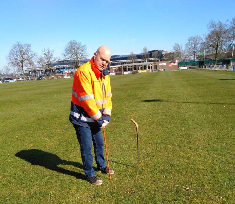 Hans Prinsen, uitvoerder/beheerder van de gemeentelijke buitensportaccommodaties in de gemeente Deventer, werkzaam bij het Groenbedrijf, heeft 38 natuurgrasvelden in beheer.