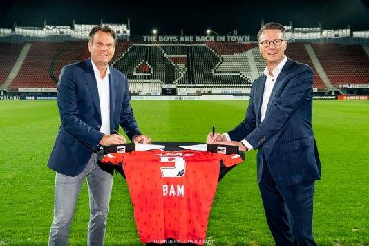 Robert Eenhoorn, algemeen directeur AZ (links), en Eric Moleman, directeur BAM Bouw en Techniek, tekenen de overeenkomst voor de bouw van het nieuwe dak van het AFAS Stadion. Foto: Ed van de Pol.