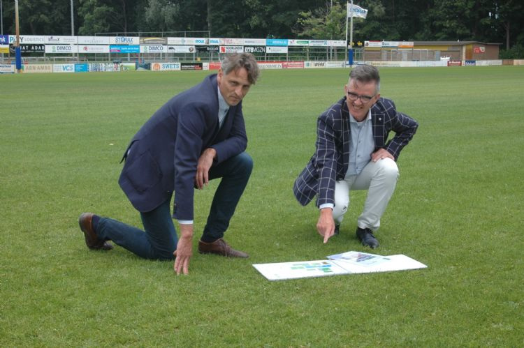 De gemeente Zwijndrecht verstrekte aannemer Dick Nootenboom (links) een aantal geplastificeerde brochures met alle ins en outs van de sportvelden.