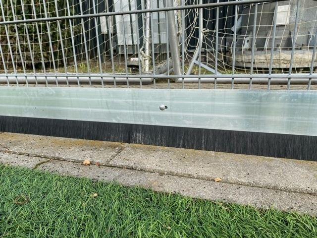 Vallei Hekwerk heeft een aluminium systeem gemaakt met aan de onderkant een soort strip met borstelharen