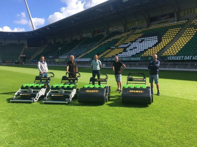 V.l.n.r. Rick Vrij (AH Vrij), Dave Allett (Allett Mowers), Hans van der Helm (Van den Berg Machines), Henk Slootweg (AH Vrij) en Bo Videler (fieldmanager bij ADO namens AH Vrij)