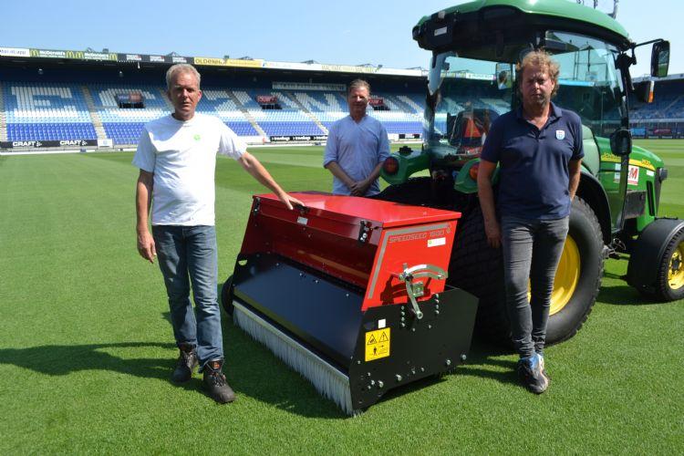 René Boerdijk (Hofstede-Timmerman), Hessel Rozema (Redexim) en Alfred Meiberg (Meiberg Groen) met de Redexim Speed-Seed 1500