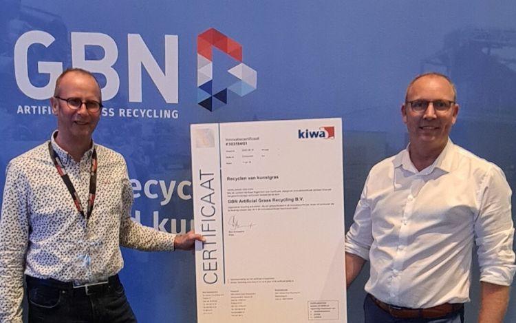 Jan Klapwijk (links) overhandigt het certificaat aan Eric van Roekel (rechts). Foto: GBN Groep.