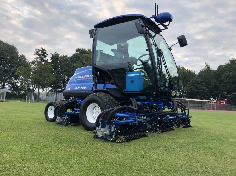 Een blauwe John Deere: de 8900A is uitgevoerd in de bedrijfskleuren van K. Groenenboom.
