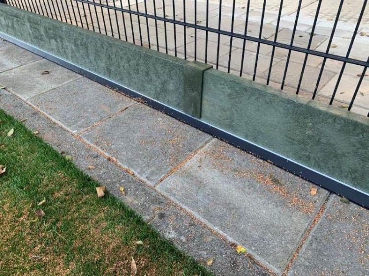 De kantplanken worden verbonden met een koppelstuk. Onderaan de plank zit een rubberstrip om hoogteverschil op te vangen.