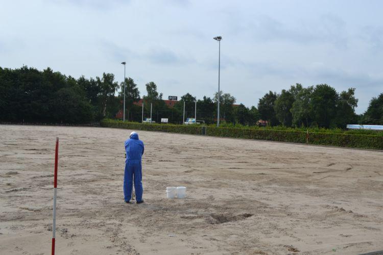 Bij uitloging van zink is een sanering nodig. Archiefbeeld van zo'n sanering van een kunstgrasveld in Amersfoort.