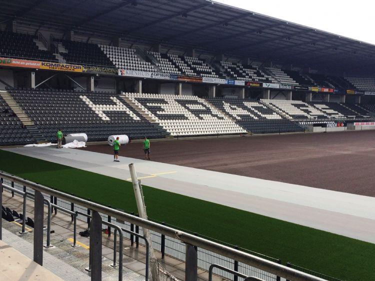 Archieffoto: aanleg van kunstgras in het stadion van Heracles.
