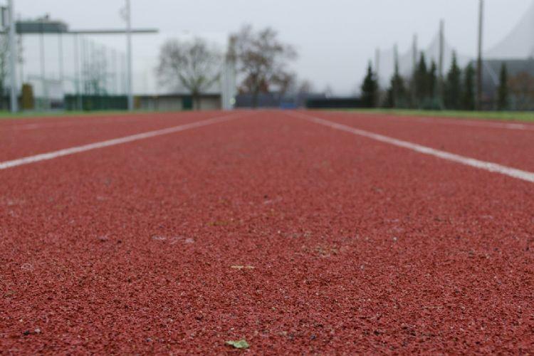 De atletiekbanen op het sportpark konden niet altijd gebruikt worden door de verzakkingen.